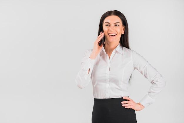 Bedrijfsvrouw die telefonisch spreekt