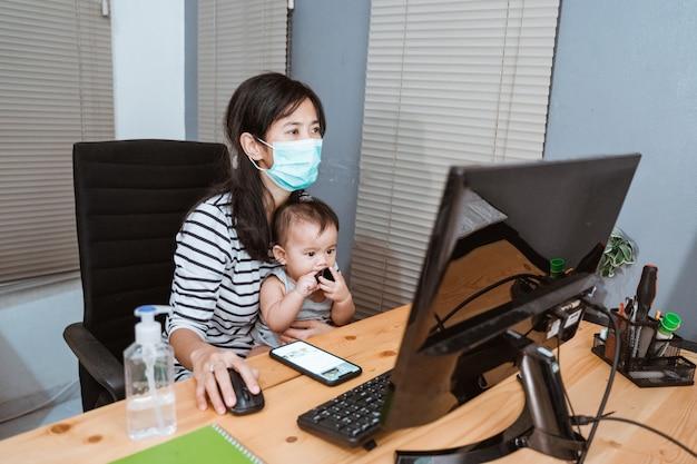 Bedrijfsvrouw die van huis werken die beschermend masker dragen