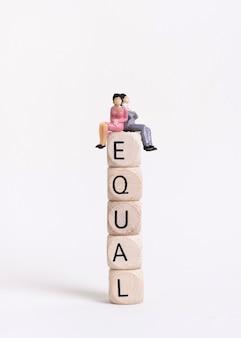 Bedrijfsvrouw en man zitting op een stapel van houten kubussen