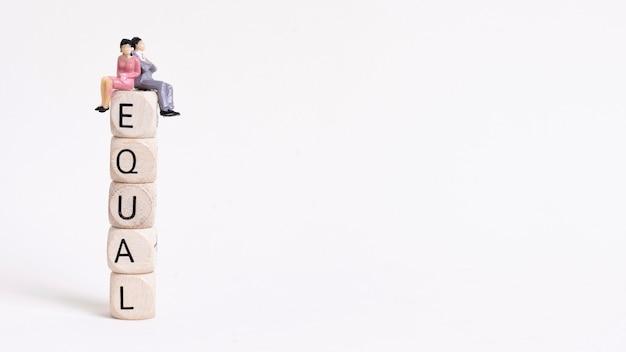 Bedrijfsvrouw en man zitting op een stapel van houten kubussenexemplaarruimte