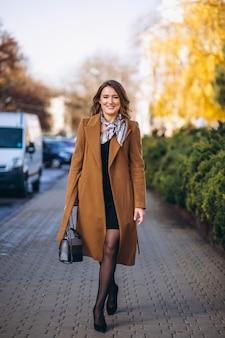 Bedrijfsvrouw gelukkig in laag in de straat