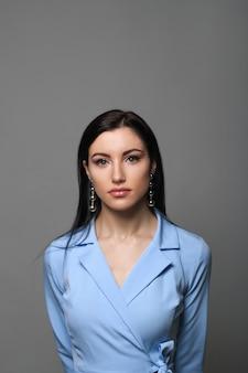 Bedrijfsvrouw in blauwe strikte kleding en natuurlijke make-up