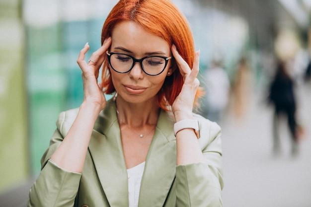 Bedrijfsvrouw in bril die headcahe hebben