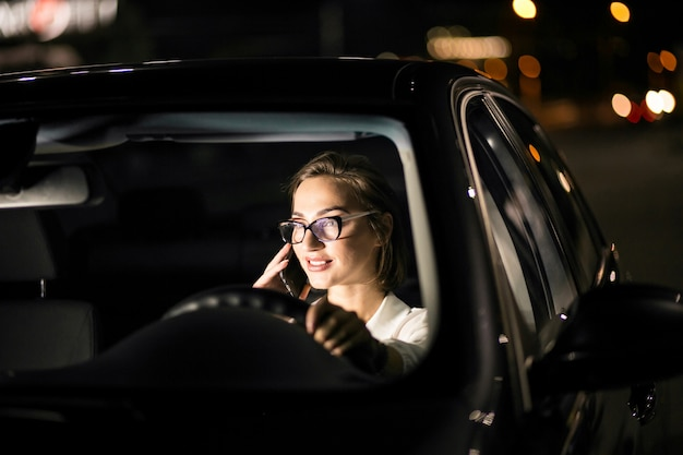 Bedrijfsvrouw in de auto