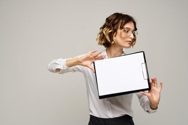 Bedrijfsvrouw in een kostuum en glazen die in de studio stellen