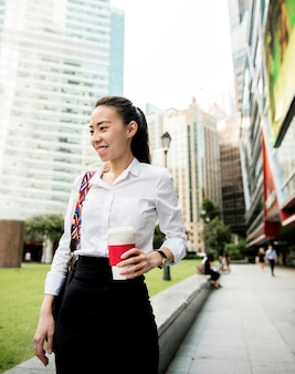 Bedrijfsvrouw in een stad