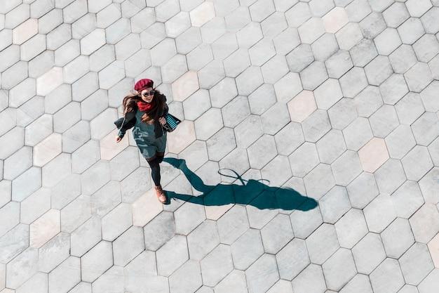 Bedrijfsvrouw in een stormloop in moskou, top down mening