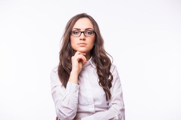 Bedrijfsvrouw in glazen die op witte muur wordt geïsoleerd