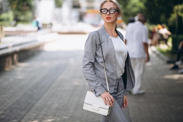 Bedrijfsvrouw in grijs kostuum