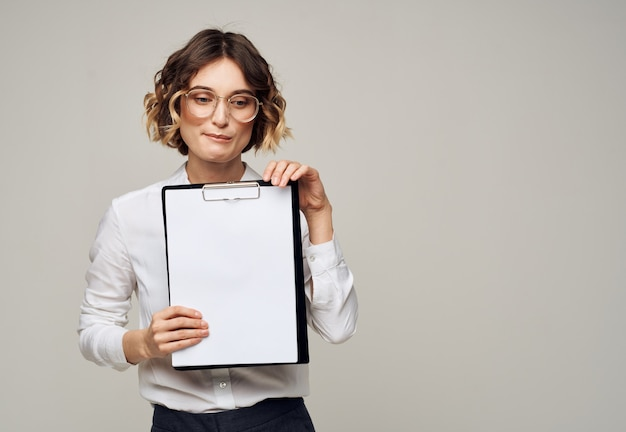 Bedrijfsvrouw in overhemd met documentenmap blanco document model