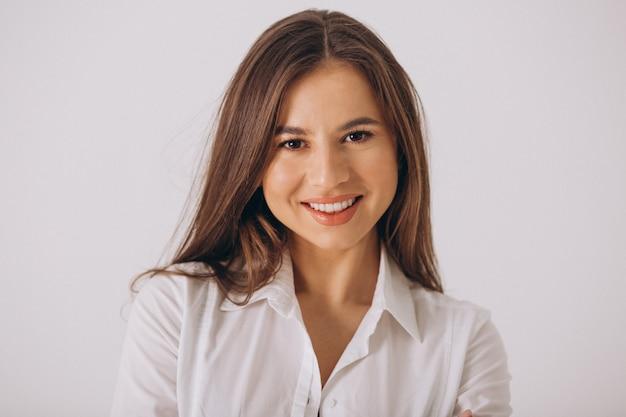 Bedrijfsvrouw in wit die overhemd op witte achtergrond wordt geïsoleerd