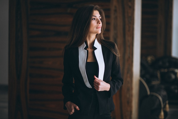 Bedrijfsvrouw in zwart kostuum