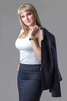 Bedrijfsvrouw met jasje op een grijze achtergrond