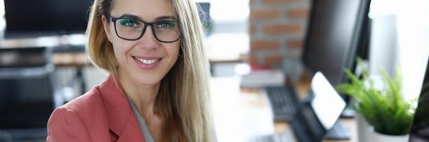 Bedrijfsvrouw tegen modern bureau. onderwijs bedrijfsconcept