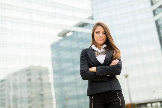Bedrijfsvrouw voor de bureaubouw