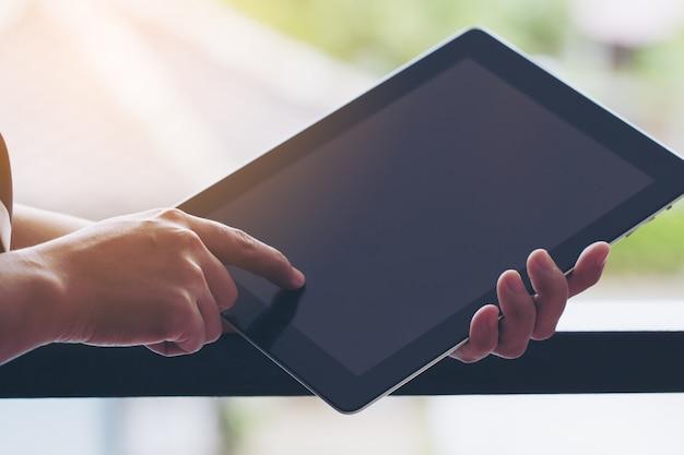 Bedrijfsvrouw werken op tablet.