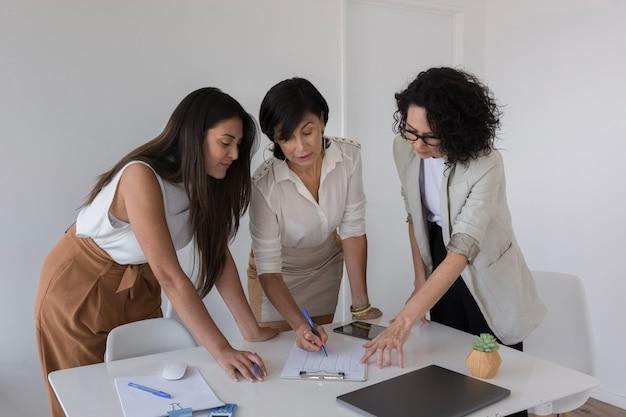 Bedrijfsvrouwen die aan een project samenwerken
