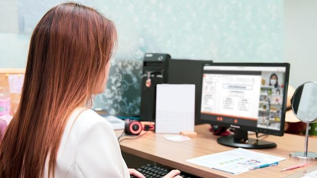 Bedrijfsvrouwen die computer gebruiken voor onlinevergadering.