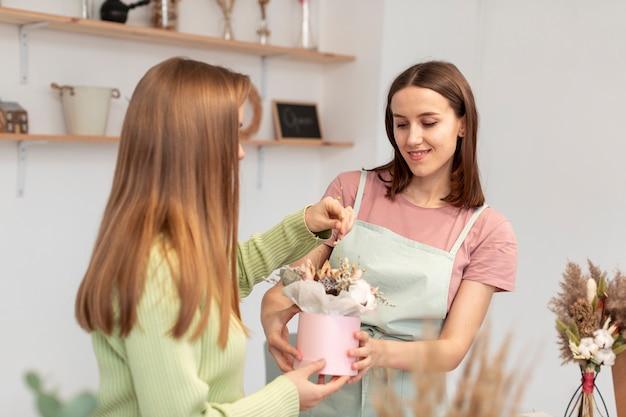 Bedrijfsvrouwen die een boeket maken
