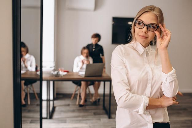 Bedrijfsvrouwen die in ofice werken