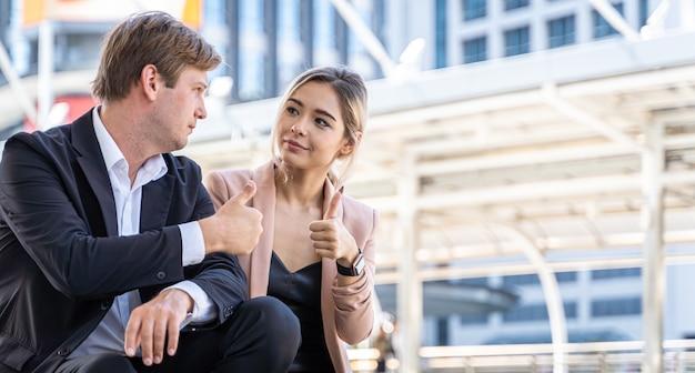Bedrijfsvrouwen die samen het kijken helpen helpen, partnervriend van het werk, verzekeringsconcept samen