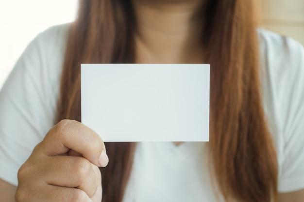 Bedrijfsvrouwen hand die adreskaartje tonen.