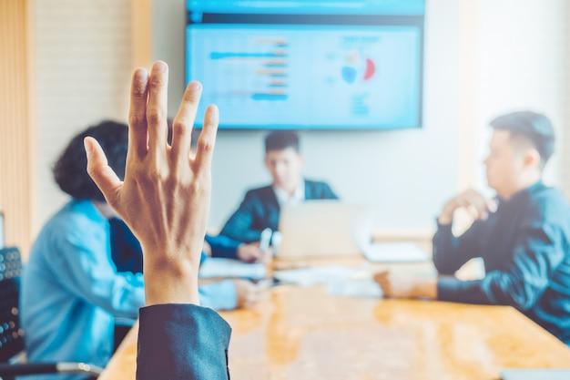 Bedrijfsvrouwen opgeheven hand bedrijfsseminarie, commercieel vergaderingsconcept