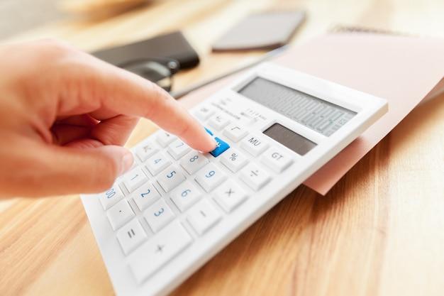 Bedrijfsvrouwenhand het berekenen