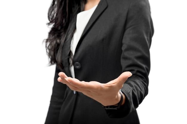 Bedrijfsvrouwenhand met open palm voor copyspacegebied