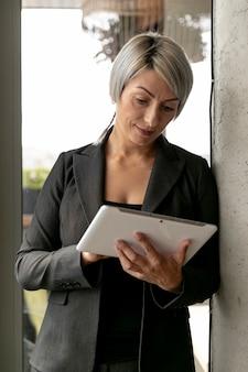 Bedrijfsvrouwenlezing van tablectapparaat