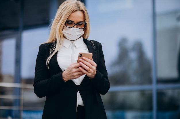 Bedrijfsvrouwenportret dat op de telefoon spreekt