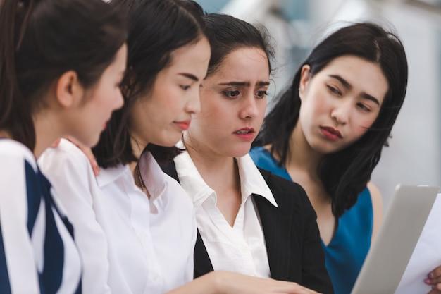 Bedrijfsvrouwenteam met ernstig vermoeid gedeprimeerde werkloze openlucht