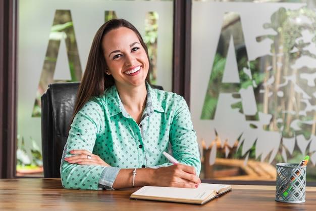 Bedrijfsvrouwenzitting op haar stoel
