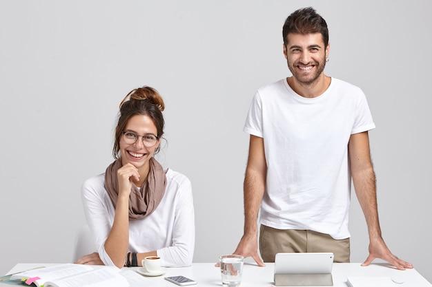 Bedrijfszaken concept. succesvolle freelancers ontwikkelen campagnes of advertenties