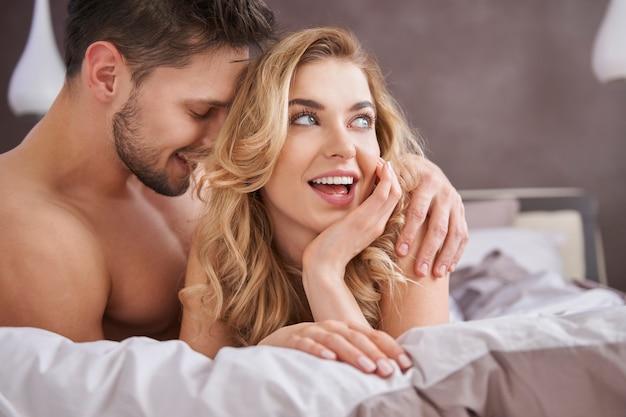 Bedscène van heteroseksueel paar