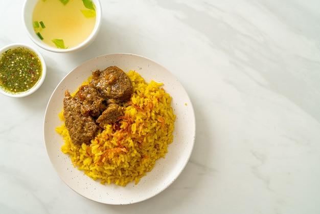 Beef biryani of curried rijst en rundvlees - thais-islamitische versie van indiase biryani, met geurige gele rijst en rundvlees - moslimvoedselstijl
