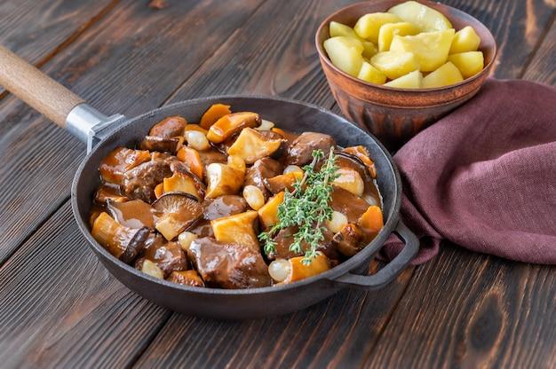 Beef bourguignon - franse runderstoofpot in de pan