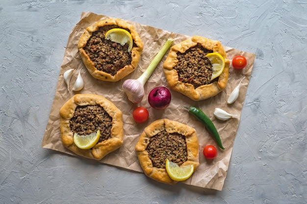Beef mince sfiha - arabier opende vleespasteien