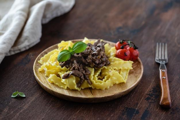 Beef stroganoff met tomaat, basilicum en pasta.