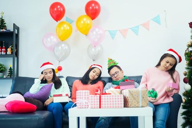 Beeld dat groep vrienden toont die kerstmis thuis vieren.