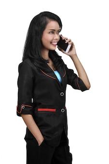 Beeld van aziatische bedrijfsvrouw die op cellphone spreekt