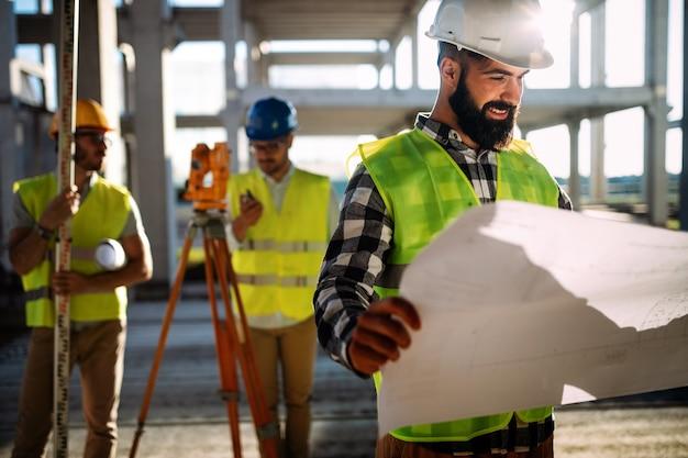 Beeld van bouwingenieur die aan bouwwerf werkt