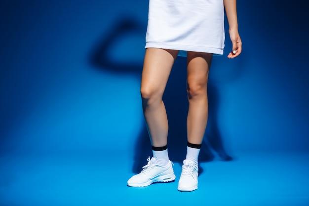 Beeld van de benen van het jonge tennis-speler meisje