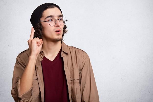 Beeld van de jonge kaukasische hipstermens die glazen draagt
