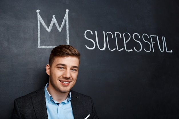 Beeld van de mens over bord met succesvolle kroon en tekst
