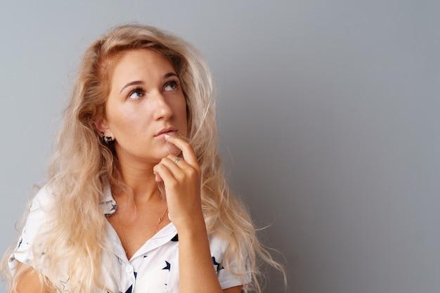 Beeld van denkende jonge vrouw status