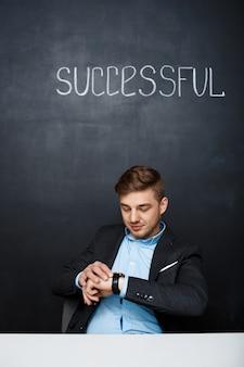 Beeld van een gelukkige mens over zwarte raad met succesvolle tekst
