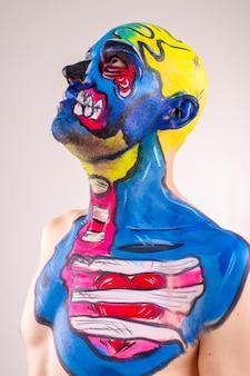 Beeld van een schilderachtig mannetje met geschilderd hoofd en geïsoleerde schouder.