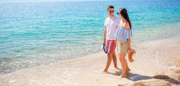 Beeld van gelukkig paar in zonnebril op het strand