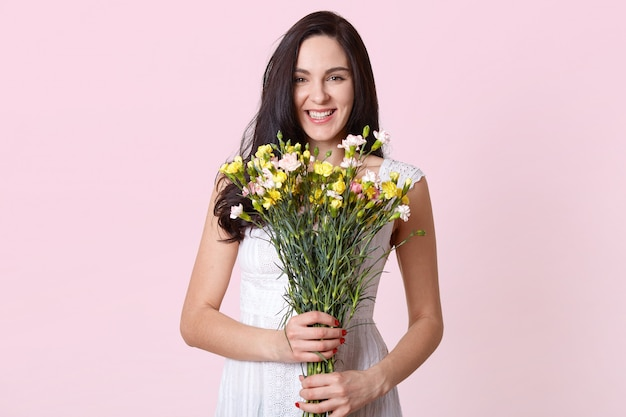 Beeld van het boeket van de meisjesholding van bloemen in de handen